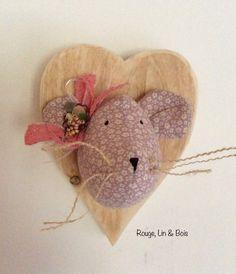 Trophée tête de souris en coton fleuri rose et son noeud en dentelle sur cœur en bois : Décoration pour enfants par rouge-lin-et-bois