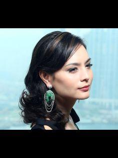 Ana Rivera wearing ORLOV jewelry - jade & diamond earrings - Hong Kong four season hotel #orlovjewelry #orlov #earrings #fashion #jewellery #jewelry
