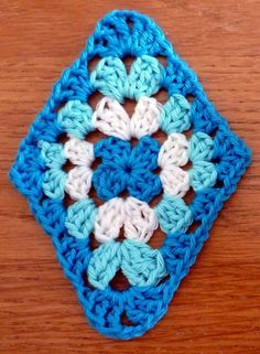 Granny triangle – pattern is in Dutch but photos are clear – Granny Square Crochet Quilt, Crochet Blocks, Crochet Art, Crochet Motif, Crochet Designs, Crochet Crafts, Crochet Flowers, Crochet Stitches, Crochet Projects
