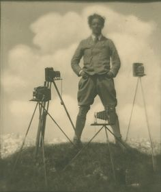 Self-portrait with cameras. About 1923 Silver gelatin print. Photograph by Rudolf Koppitz, Photoinstitut Bonartes. Get premium, high resolution news photos at Getty Images Cthulhu, Vintage Photography, Fine Art Photography, Photographer Self Portrait, Straight Photography, Modernist Movement, Pinhole Camera, Famous Photographers, Selfie