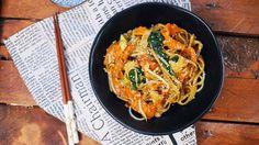 A kínai kajákat mi is nagyon szeretjük, ezért készítettünk isegyszuper tésztaételt, amit wokban, sok friss zöldséggel és hússal jól lepirítottunk. Ha rákaptok az ízére, többet tuti nem is mentek kínai gyorsbüfékbe! Csirke chow mein Hozzávalók (2 főre) 250 g bavette tészta 200 g csirkemell… Chicken Chow Mein, Chow Chow, Wok, Japchae, Chili, Ethnic Recipes, Kitchen, Meal, World
