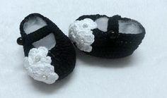 Botinha feita em linha preta ,,, com flor em linha branca,,,,, pode ser feito em lã ,,,, <br> pode ser feito em outras cores.... <br>tamanho <br>0a2 meses ( 8cm) <br>2a4 meses ( 9cm) <br>4a6 meses (10cm)