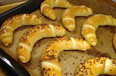 A dédikéink fantasztikus sütiket készítettek, ma is boldogan fogyasztjuk ezeket a csodákat! Hozzávalók 1 kg liszt, kevés tej, 40 g élesztő, kanál vaj, kávéskanál cukor, kevés só, darabos só és köménymag. Elkészítése: Egy kg lisztbő... Bread Recipes, Baking Recipes, Dessert Recipes, Sos Recipe, Hungarian Recipes, Hungarian Food, Baking And Pastry, Health Eating, Bread Rolls