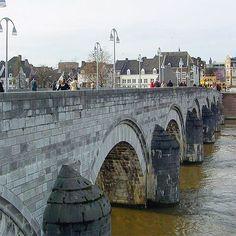 Zijkant van de Sint-Servaasbrug Dit is een brug over de Maas in Maastricht. De brug dateert al uit de 13de eeuw en is 160 meter lang.