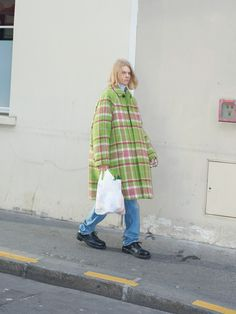 Balenciaga Pre-Fall when normcore meets the Parisian chic The first men's pre-collection of the French brand Celebrity Fashion Outfits, Celebrity Style, Celebrities Fashion, Normcore, Parisian Chic, Couture Week, Dr. Martens, Style Me, Vintage Outfits