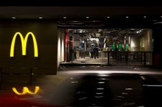 This McDonald's in Hong Kong is the classiest we've seen so far Mcdonald's Restaurant, Restaurant Design, Restaurant Interiors, Hong Kong, Urban Concept, Burger Places, Modern Store, Retail Signage, Concrete Table