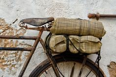 An old bicycle leaning against a wall. Color Photography, Amazing Photography, Sisters Book, Colors And Emotions, Old Bicycle, Rocker Style, Pretty Photos, Everyday Objects, Architectural Elements