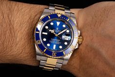 With a water resistance of up to 300 meters, the sturdy bicolored Oyster bracelet and its stylish blue and golden coloring, you can always count on the – on land and underwater. Rolex Watches, Watches For Men, Buy Rolex, Rolex Models, Luxury Watch Brands, Rolex Submariner, Men's Collection, Underwater, Count