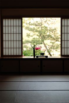 View from the study of the abbott's quarters in Kencho-ji temple, Kamakura   建長寺、鎌倉  http://www.japanesegardens.jp/gardens/famous/000015.php