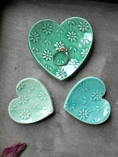 Valentines Geschenk Set Herz Keramikring Gericht Mint und The post Valentines Gift Set Heart Ceramic Ring Dish Mint and Turquoise Love Pottery Plate Flower Jewelry Dish Set of 3 appeared first on Trendy. Pottery Plates, Ceramic Plates, Ceramic Pottery, Ceramic Art, Clay Plates, Ceramic Jewelry, Thrown Pottery, Slab Pottery, Cerámica Ideas
