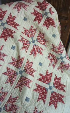 Cross & Crown Quilt in Tilda Candy Bloom fabric @ UK City Crafter - FREE pattern here: www. Quilts Vintage, Antique Quilts, Vintage Quilts Patterns, Diy Quilt, Quilt Top, Two Color Quilts, Red And White Quilts, Patriotic Quilts, Patriotic Crafts