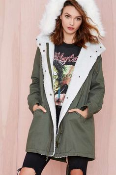 Warm it up in this army green anorak with a sherpa trim, faux fur hood, drawstring closures at waist and hem, and pockets at waist.