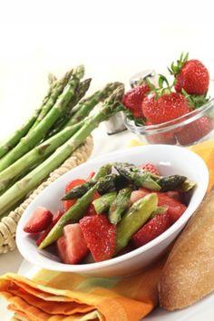 Der Erdbeer-Spargel-Salat ergibt eine wundervolle Farbkombination. Die #Erdbeeren und der #Spargel sorgen für einen wunderbaren Farbkontrast.
