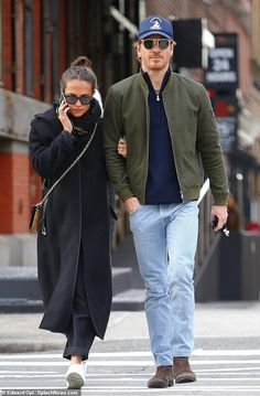 Alicia Vikander enjoyed a loved up stroll with her husband Michael Fassbender on Wednesday while doing some last minute Christmas shopping in New York City. Alicia Vikander Style, Mode Outfits, Fashion Outfits, Michael Fassbender And Alicia Vikander, Combat Boot Outfits, Celebrity Style Casual, New York, Elegant Outfit, Everyday Outfits