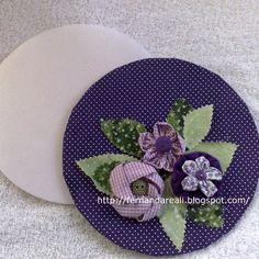 yoyo fabric flowers. reuse pizza disc. Reutilizando discos para pizza, flores de fuxico
