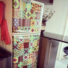 Dando um toque especial para a antiga geladeira... Customizar com adesivo é fácil