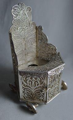 Datering: 17 of 18e eeuw zilver miniatuur Miniatuur filigrain kakstoel