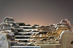 L'artiste américain Kevin Van Aelst détourne les objets du quotidien les plus banals, de la chemise à l'œuf en plat en passant par l'ampoule électrique, les fruits ou encore du linge et des briques de Lego, pour créer les installations artistiques les plus folles. Sa série d'empreintes digitales réalisées notamment avec des biscuits apéritifs ou de la moutarde est simplement magnifique.