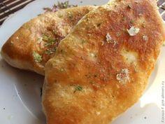 — 2,5 стакана воды — 1 стакан сметаны — 1 ст.л. сухих дрожжей — 1 ст.л. соли — 1 ч.л. сахара — мука (около 1 кг или немного больше)   Для начинки (как вариант): — вареный картофель — 1 жареная луковица — немного молотого черного перца   Также необходимы: — растительное масло для жарки — чеснок по желанию — сухая/свежая зелень по желанию   Муку (для начала 3 стакана) для дрожжевого теста обязательно нужно просеять, чтобы насытить ее кислородом. В нее добавляем теплую воду и сухие дрожжи…