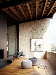 Nicely scaled porch.  Light / Shadow Material mixture  alemanys 5, girona