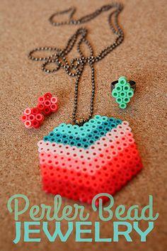 Collier géométrique et coloré, ultra tendance !  http://1.bp.blogspot.com/-ZFVkwrbZa00/UdjUYTcK1RI/AAAAAAAAQKc/ucWNzHY1B30/s1600/perler-bead-jewelry.jpg