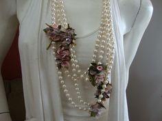colar de perolas com flores estilizadas R$30,00