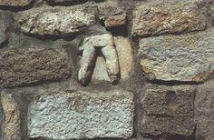 Fragment eines Reliefs des Mausoleums in einer Mauer der Festung in Bodrum. British Museum, Wood, Madeira, Woodwind Instrument, Wood Planks, Trees, Wood Illustrations, Woods