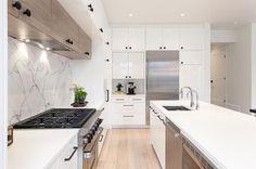 Cozinha e lavanderia com luz branca! Confira esta e mais dicas de iluminação para apartamentos pequenos! (Foto: Divulgação) #cozinha #kitchen #decor #decoração #decoration #decoración #iluminação #lighting #casavogue