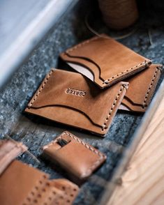 Shop box is filling up today Diy Leather Gifts, Handmade Leather Wallet, Leather Bag Tutorial, Leather Wallet Pattern, Leather Notepad, Leather Card Wallet, Leather Workshop, Passport Wallet, Leather Projects