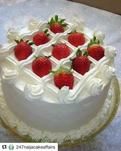 Easy Solutions To Common Cake Decorating Mistakes Cake Decorating Techniques, Cake Decorating Tips, Cake Cookies, Cupcake Cakes, Super Torte, Decoration Patisserie, Strawberry Cakes, Strawberry Cake Decorations, Cake Decorating With Strawberries
