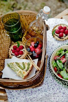 Quick picnic inspiration: wine, quiche, fruit tarts, & a salad.   Need a basket to complete this fabulous summer idea? Find one at www.basketlady.com.