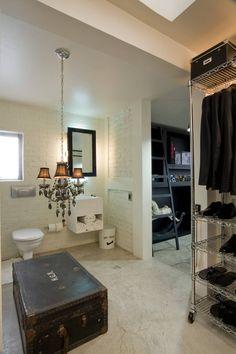 Ideas sagaces para decorar el baño: plantas, espejo, flores, color y luz.