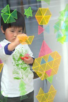 Met deze kleurrijke zelfhechtende kunststof driehoekjes, maak je de mooiste raam mozaïeken en origami figuren. Prachtig Japans design goed voor uren speelplezi