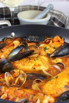 Merluza a la marinera con almejas, gambas y mejillones Fish Recipes, Seafood Recipes, Mexican Food Recipes, Cooking Recipes, Healthy Recipes, Ethnic Recipes, Pescado Recipe, Spanish Dishes, Soup And Sandwich