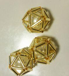目次1 これ、小星型十二面体っていうんですって♡2 ちまちま作った八面体がキュート過ぎる♡3 いろんな竹ビーズで多面体を作ってみた♡4 さりげない多面体が可愛いイヤリング♡5 竹ビーズで作った多面体ピアス♡6 ゴールドの多面体の中にはパール...