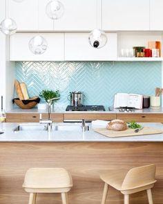 A cozinha desenvolvida pelo escritório de design Falken Reynolds (@falkenreynolds), ganha humor com um recurso simples: uma parede colorida. Os azulejos azul-claro colocados na diagonal ainda formam uma padronagem que traz ares descolados ao ambiente. Veja detalhes do #décordodia de hoje no site da Casa Vogue (link na bio)