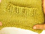 """Junior - Chaleco DROPS, de punto, con cuello-V y patrón para realzar textura en """"Baby Merino"""" o """"BabyAlpaca Silk"""". - Free pattern by DROPS Design"""