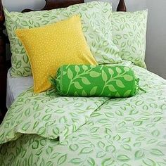 How to Make Your Own (Comforter) Cover   so gonna do this on the toddler beds with solids to complement the jungle theme!   Seriously easy!