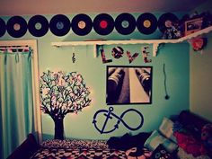 Cute vintage room. LOVE THE RECORDS!