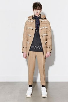 Chitose Abe showcased the Sacai Fall/Winter 2014 collection for men during Paris Fashion Week. Look Fashion, Fashion News, Fashion Show, Latest Mens Fashion, Men Fashion, Paris Fashion, Fall Winter 2014, Fall 14, Duffle Coat
