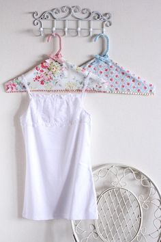 Cath Kidston DIY Hangers on wire hooks Cath Kidston DIY Hanger Craft - Amazing Interior Design Diy Hanger, Hanger Crafts, Coat Hanger, Diy Decoupage Hangers, Creation Couture, Cath Kidston, Wire Hangers, Crafts To Make And Sell, Fabric Ribbon