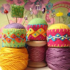 love these tiny pincushions. @Lourdes Fonseca I think I've made these before. They have a bottle cap for a base.