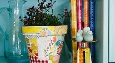 Comece a decorar vaso com restos de tecido, para diferenciar o décor de sua casa e ainda auxiliar o planeta, reaproveitando um material que iria para o