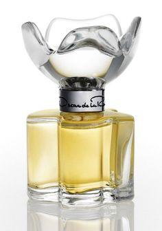 Esprit d'Oscar ~oscar de la renta This used to be my go-to perfume Perfume Parfum, Parfum Spray, Perfume Bottles, Parfum Chic, Neiman Marcus, Popular Perfumes, Perfume Reviews, Body Spray, Smell Good