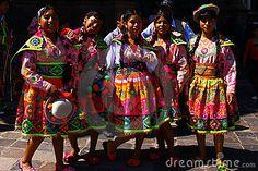 Adolescenti peruviani in vestiti tradizionali Immagine Stock Editoriale