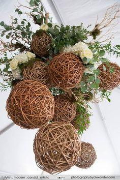 Esferas de mimbre con follaje, puede colgarse en el interior de un salón, o en el exterior.