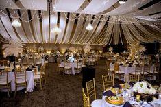 Salle pour fête d'anniversaire très classe et thème or, noir et blanc