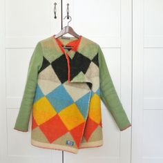 Iedere jas van wollen dekens is uniek, van retroprint tot pastelroze. De jassen worden met de hand in Nederland gemaakt door Yoni van Oorsouw en Manon van Hoeckel.