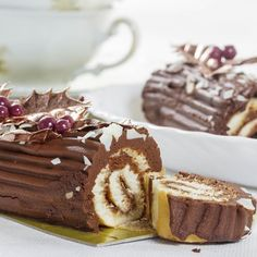 Light chocolate yule log - Looking for a light dessert recipe for Christmas? This is possible with our recipe for a light choc - Light Dessert Recipes, Snack Recipes, Pumpkin Cheesecake Recipes, Chocolate Roll, Thermomix Desserts, Best Christmas Cookies, Noel Christmas, Cinnamon Cream Cheeses, Pumpkin Spice Cupcakes