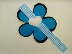 Flor de fieltro en tonos azules y blancos